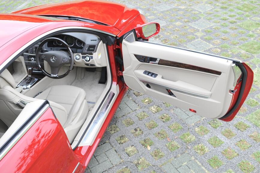 """Bピラーのないクーペボディー、いわゆる""""2ドア・ハードトップ""""。リアのウインドーは完全に開き、シートベルトはボディー側に付くため視界が遮られない"""