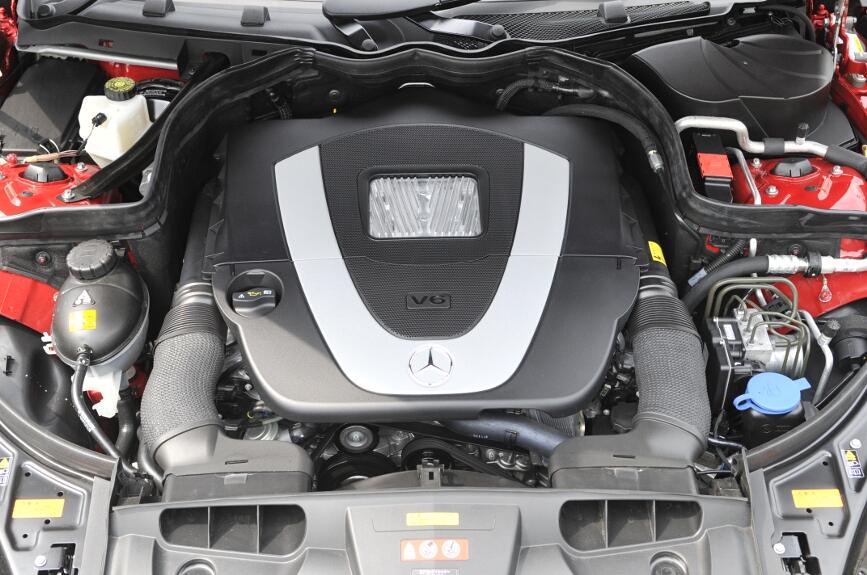 V型6気筒DOHC 3.5リッターエンジン。最高出力200kW(272PS)、最大トルク350Nm(35.7kgm)を発生し、7速ATを介して後輪を駆動する