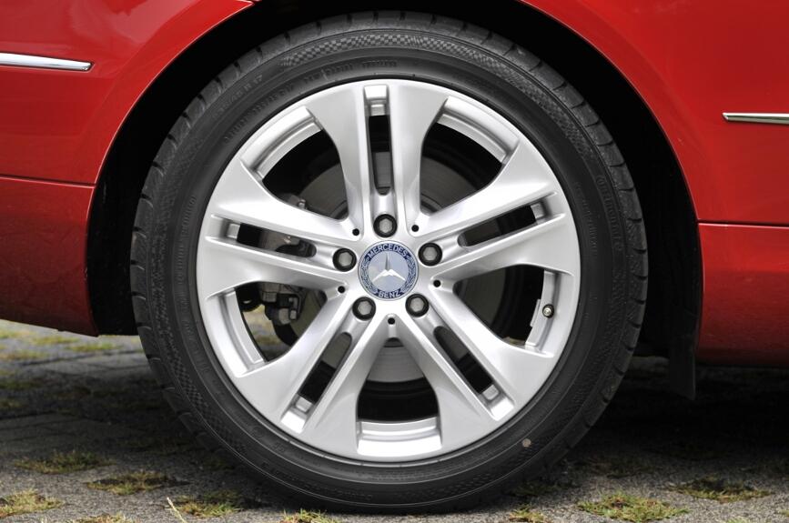 タイヤは標準仕様で前後とも235/45R17。撮影車はContiSportContact 3を履いていた