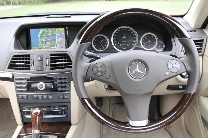 運転席まわり。セダンと機能面では共通点が多いが、シフトレバーの位置やエアコンルーバーの形状などが異なる