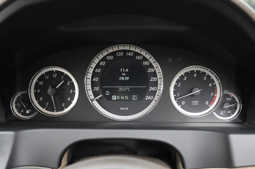 メーターはセンターがスピードと各種ディスプレイ、左に時計、右にタコメーターはメルセデス・ベンツの伝統的配置