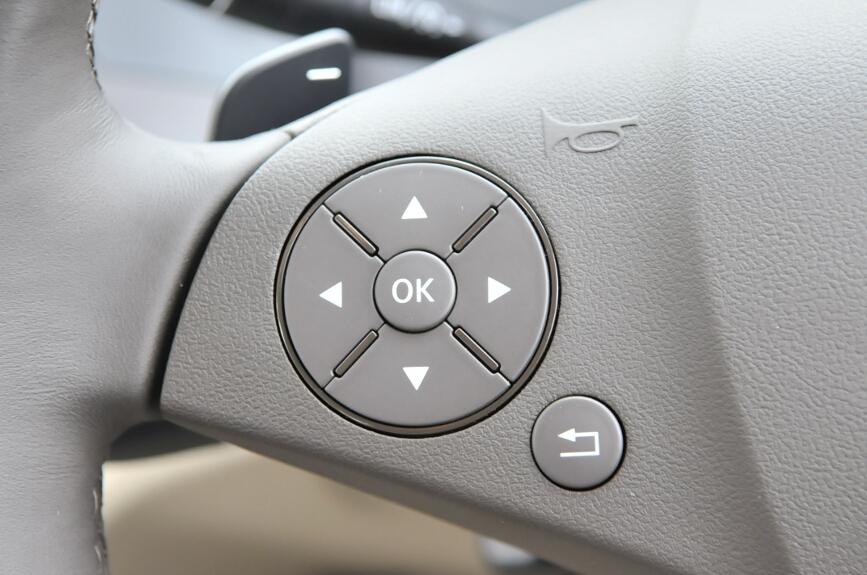 ステアリングホイールには左側にCOMANDシステムの操作ボタン、右はオーディオやハンズフリー通話の操作ボタンがある