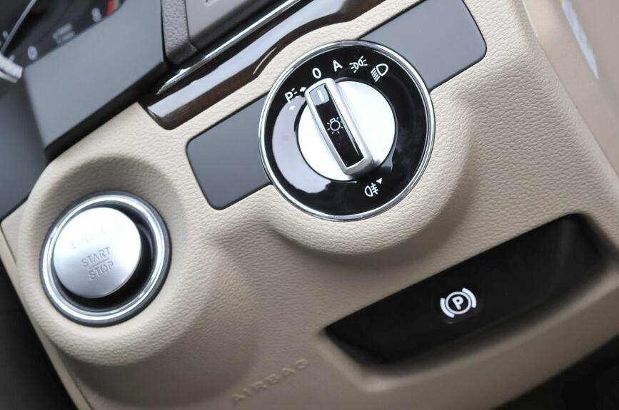 エンジンはプッシュスタート式。ヘッドライトのスイッチもダッシュボード側。その下にはサイドブレーキのリリースレバーもある。さらに足元を保護するニーエアバッグもこの位置にある