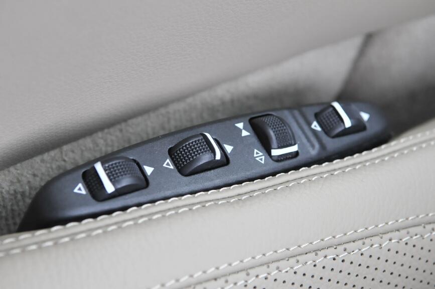 ランバーサポート、サイドサポートなどの調整を行う操作スイッチはシート横にある