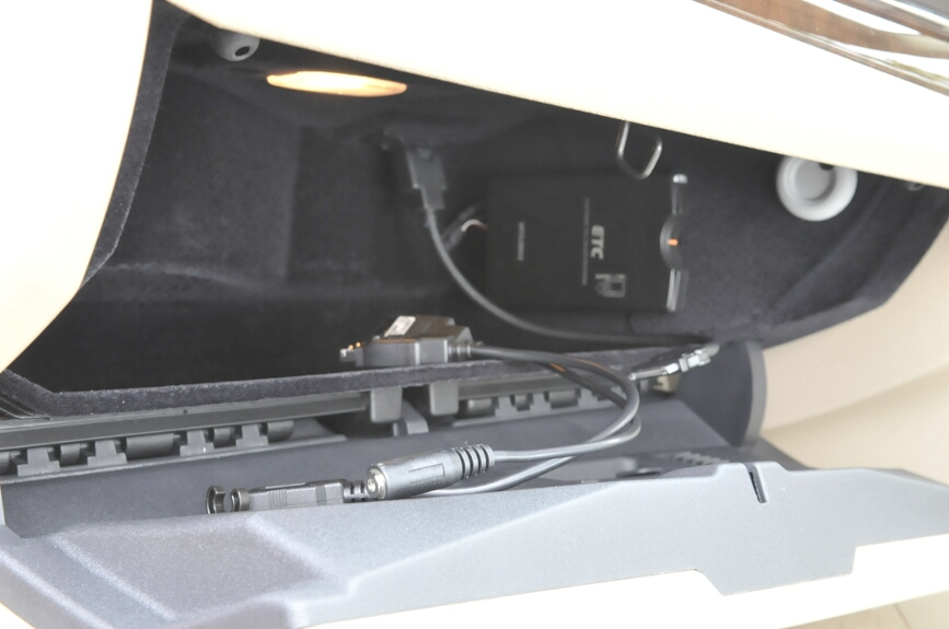 オーディオの外部入力はグローブボックス内にある。ケーブルの交換でiPod、USB、音声入力が選べる