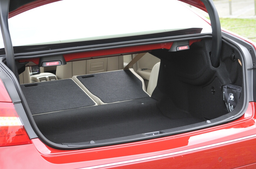 トランクルームはVDA法式計測で415リットル。長物は後席を倒すことで収納も可能