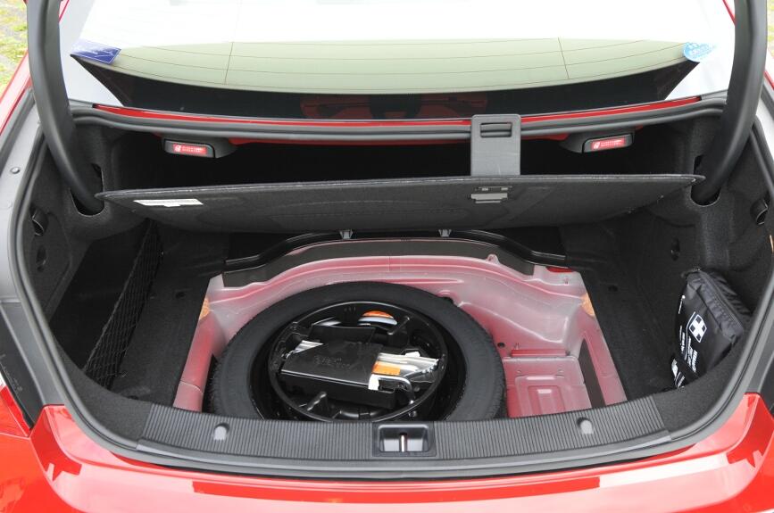スペアタイヤはボード下に収納される