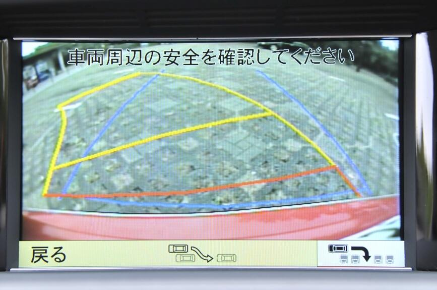 ギアをバックに入れると液晶画面はリアビューを表示する。ステアリングの切り角によって予測ラインが表示される