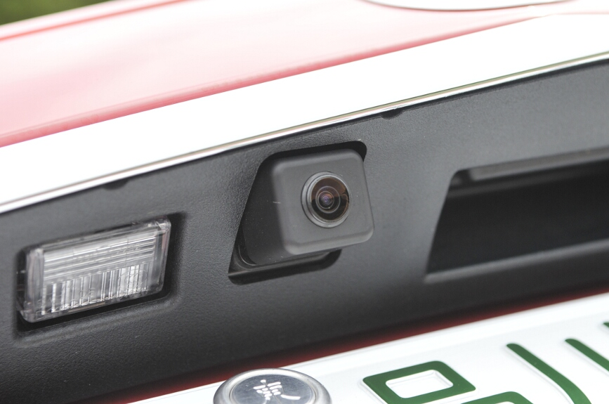 カメラはナンバープレート上部に配置
