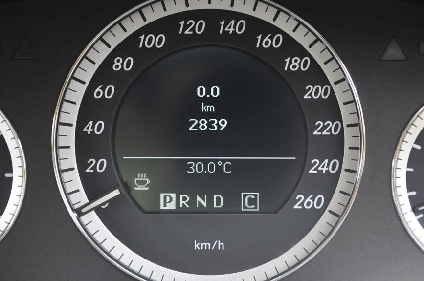 スピードメーター中央は各種情報を表示する。トリップメーターと外気温、シフトポジションを表示