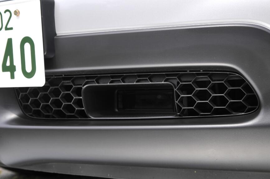 車間距離を検知するレーザーレーダーセンサーはバンパー内にある