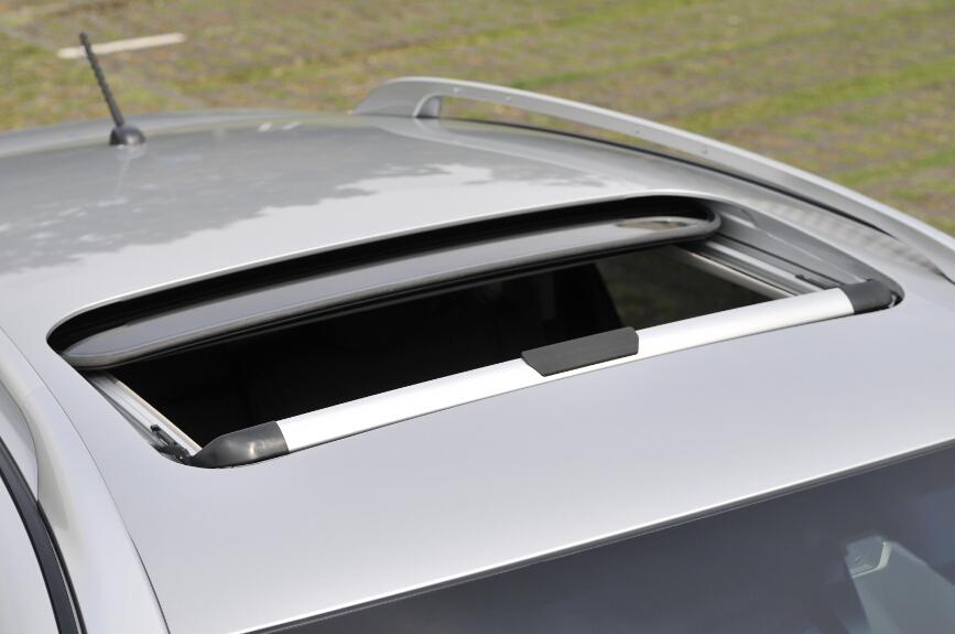 メーカーオプションの電動ガラスサンルーフ。アルミポリッシュ仕上げのルーフレールとセット