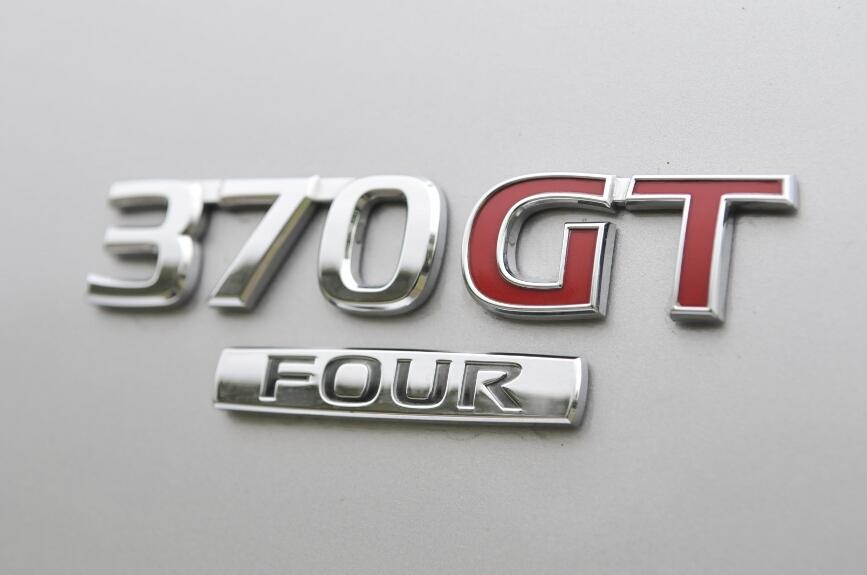 エンジンは共通なので駆動方式を表わす「FOUR」のみがバッヂによる差別点となる