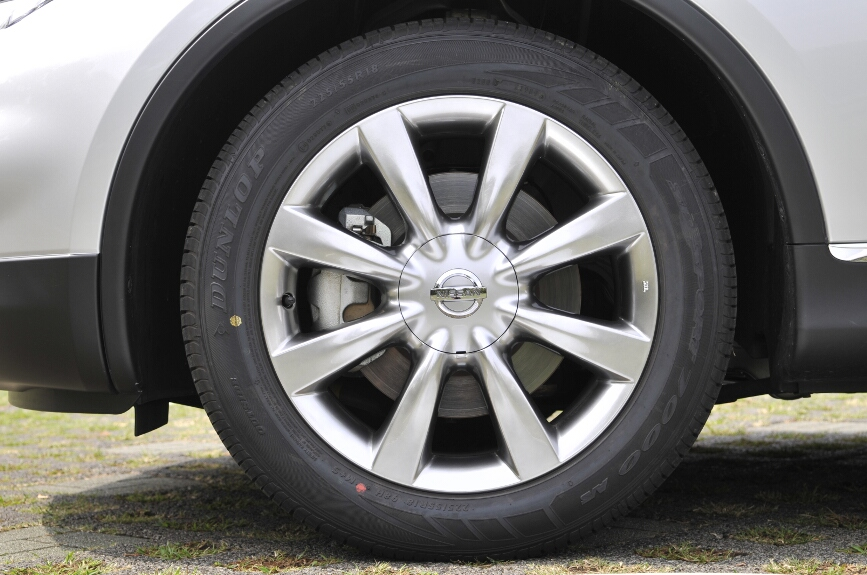 225/55 R18のタイヤは2WD、4WDにかかわらず全車共通。アルミホイールも共通デザインのものが全車標準装備。ブレーキは4輪ともベンチレーテッドディスク