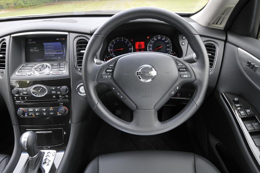 運転席まわりのデザインはスカイラインのセダンとイメージの共通化を図っている