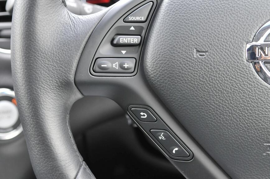 ステアリングの左右にはオーディオやハンズフリー、クルーズコントロールのボタンがある