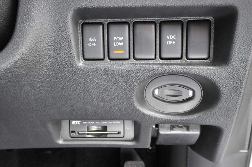 各種安全装置のスイッチとその右下にインテリジェントキーの電池切れなどに対応するキースロット、その下にはETC車載器とボンネットオープナー