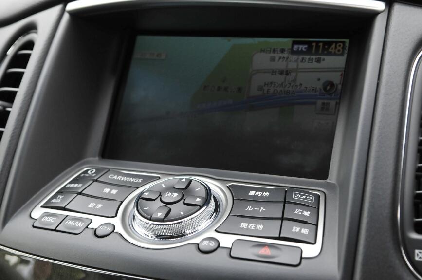 カーナビゲーションなどの液晶ディスプレイは一段奥まって設置、手前に操作ボタンがある