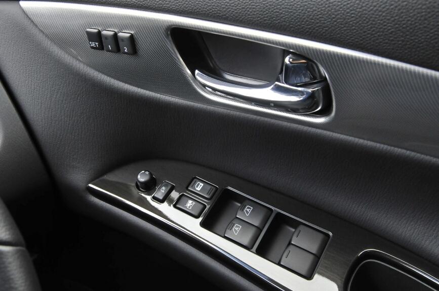 運転席には4枚分のパワーウインドー操作ボタンとミラーの操作レバーなど。シートのメモリースイッチもある