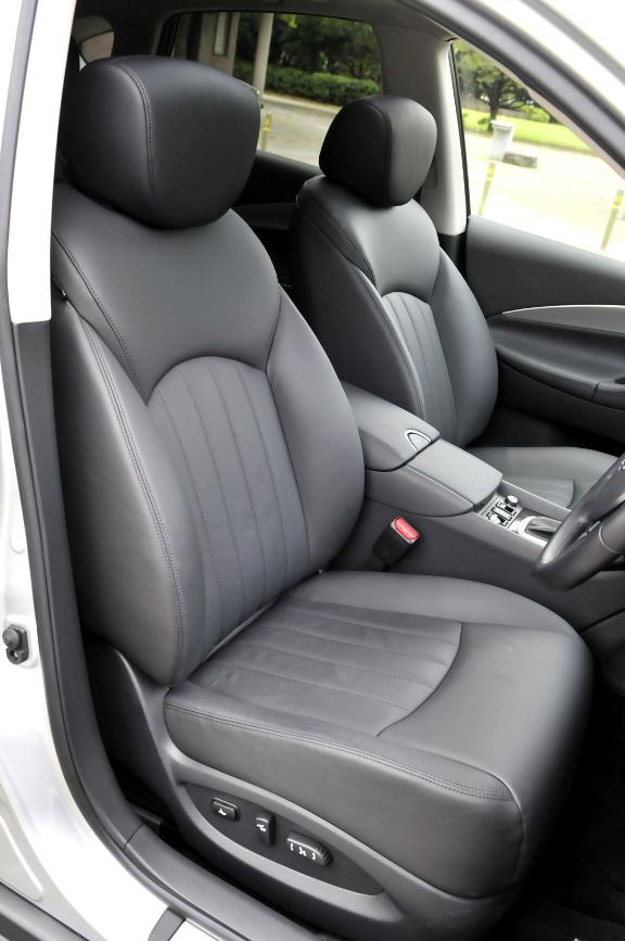 運転席。Type Pのためシートは本革シート。カラーはブラック