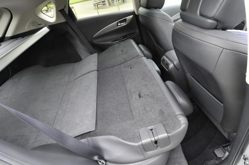 シートは電動で戻すことができる。リアゲート側と運転席のセンターコンソールに操作スイッチがある