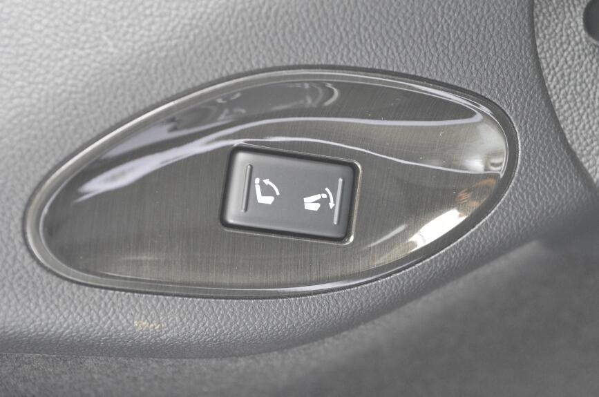 左右にリアシートの操作スイッチがある。荷室内には電源ソケットも装備される
