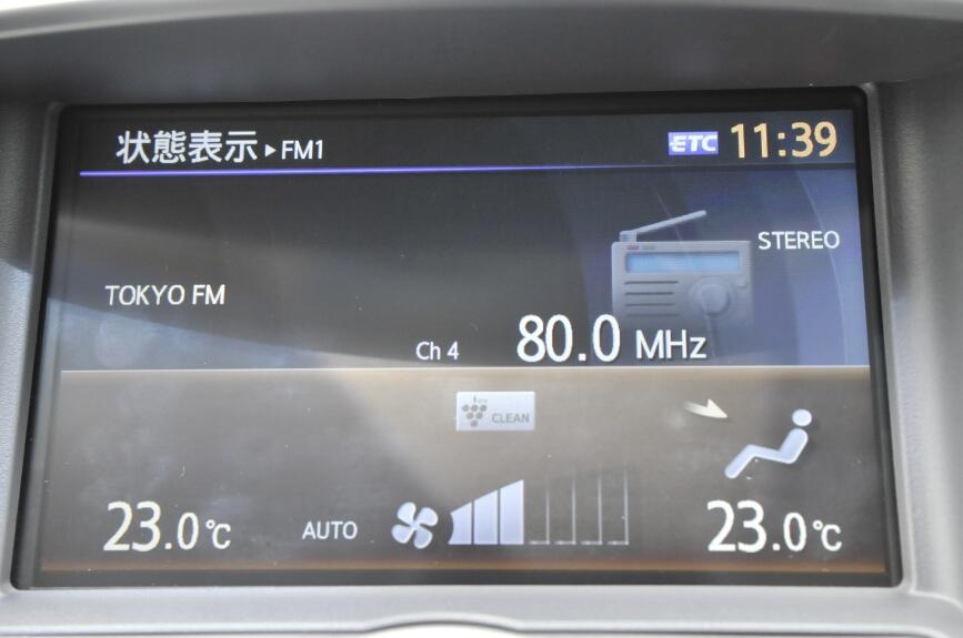 ディスプレイは状態表示としても利用される。ラジオとエアコンの状態を表示しているところ