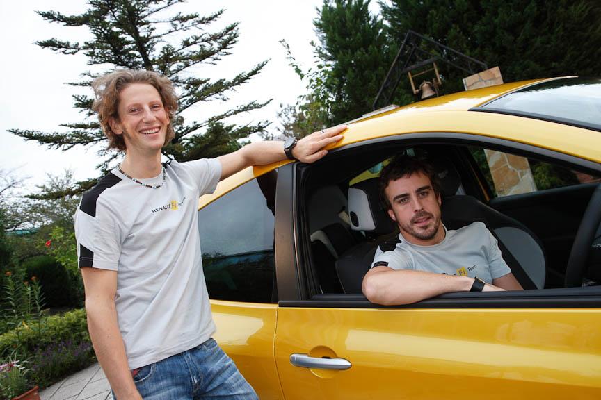 鈴鹿サーキットで開かれた発表会には、ルノーF1チームのフェルナンド・アロンソ選手(右)とロマン・グロージャン選手も登場