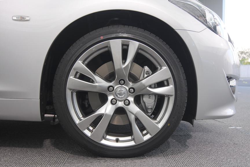 新型フーガのスポーツバージョン。主にフロントまわりのデザインがより力強いものとなり、ヘッドライトのインナーもブラックアウトされる。ホイールも専用デザインの20インチアルミホイールで、タイヤサイズは245/40 R20