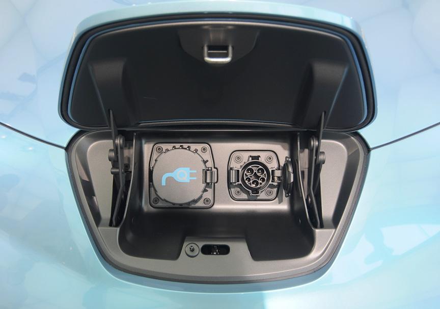 フロントのエンブレム部の裏に充電コネクターがある。左が急速充電用、右が普通充電用。フロント部にあるのは、間違って充電中に走り出してしまうのを防ぐため