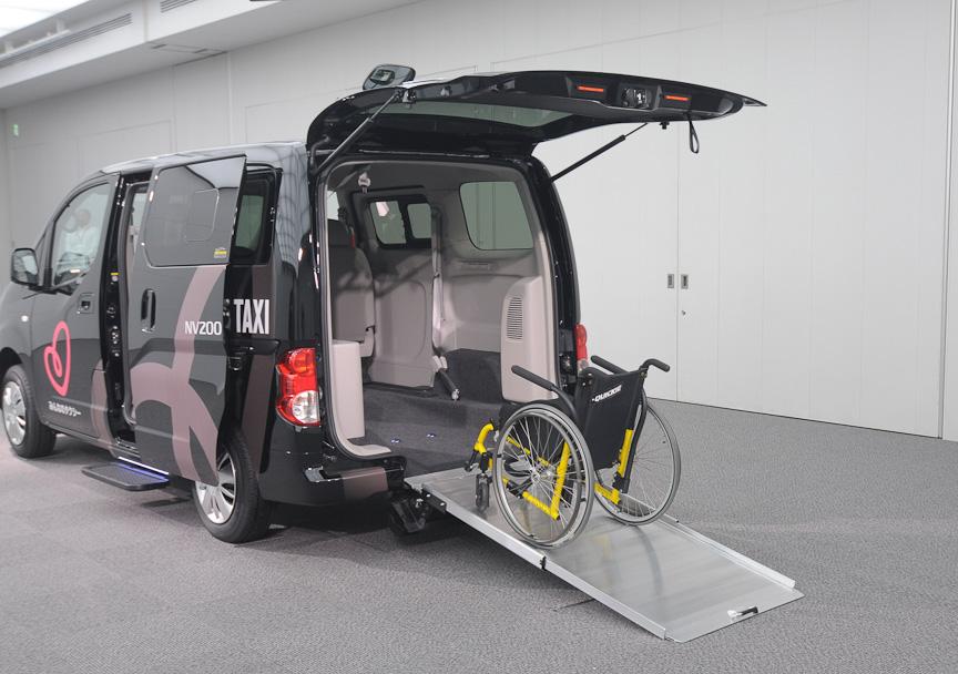 後部には格納式のスロープを装備し、車いすの乗り降りがしやすくなっている