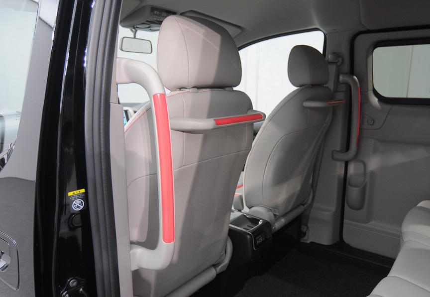 助手席後部には手すりを装備し、後席に乗り込みやすいようになっている