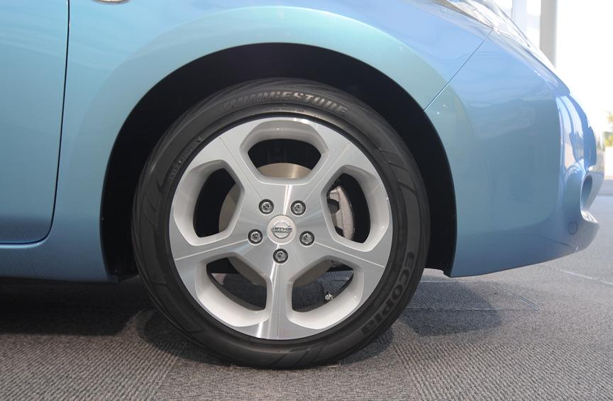 タイヤサイズは215/50 R17