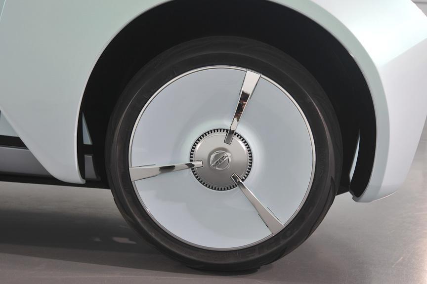 ランドグライダーのタイヤは、2輪車のタイヤのようにラウンドしたタイヤプロファイルを持つ