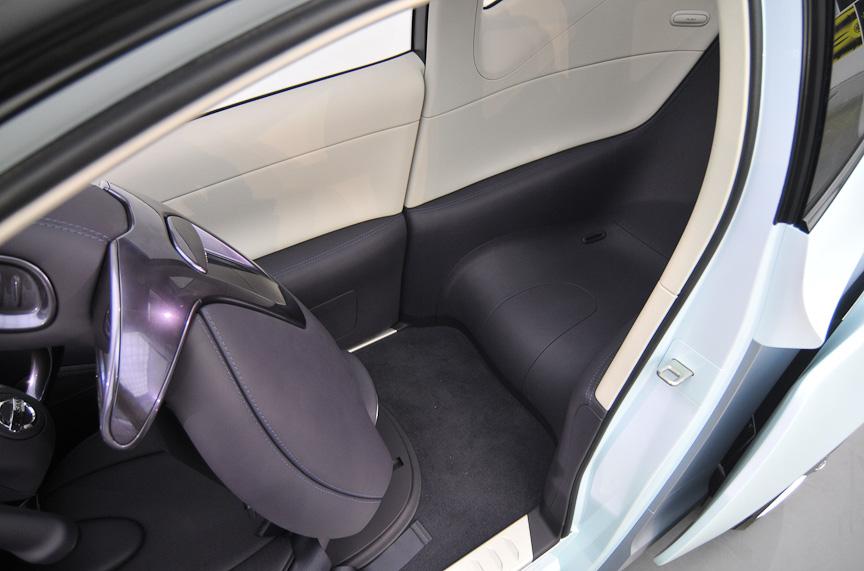 タンデムタイプの2シーター。後席の空間はかなり狭いもの