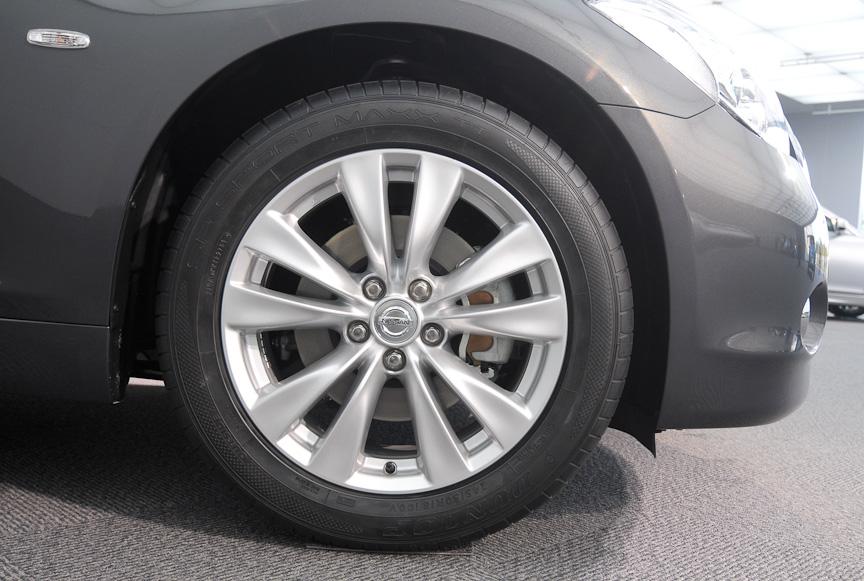タイヤサイズは245/50 R18。新型フーガでは18インチと20インチが設定される