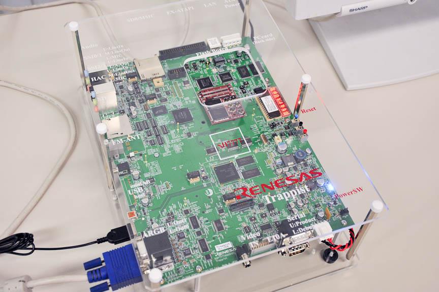 SH-NaviJ3を搭載した評価ボード。「SH7777」と書かれた赤い枠の下にSH-NaviJ3がある