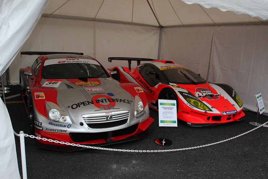2006年SUPER GT優勝のOPEN INTERFACE TOM'S SC430(左)と今シーズンもGT300クラスに参戦中のARTA Garaiya