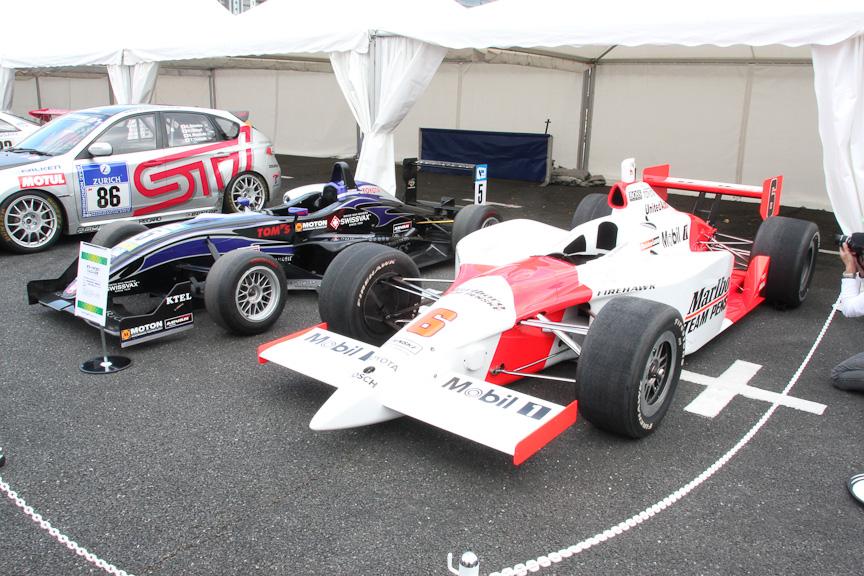 IRLインディカーのパノスGフォース・トヨタ(右)とF3のダラーラF307・トムス-トヨタ(左)