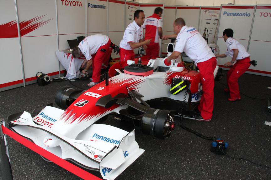 トヨタブースでは実走行も行ったF1マシンの整備が行われたほか、本物のF1のパーツを手に取って、その軽さを体感できるコーナーや、F1マシンに座ってのシミュレーター体験などが催された