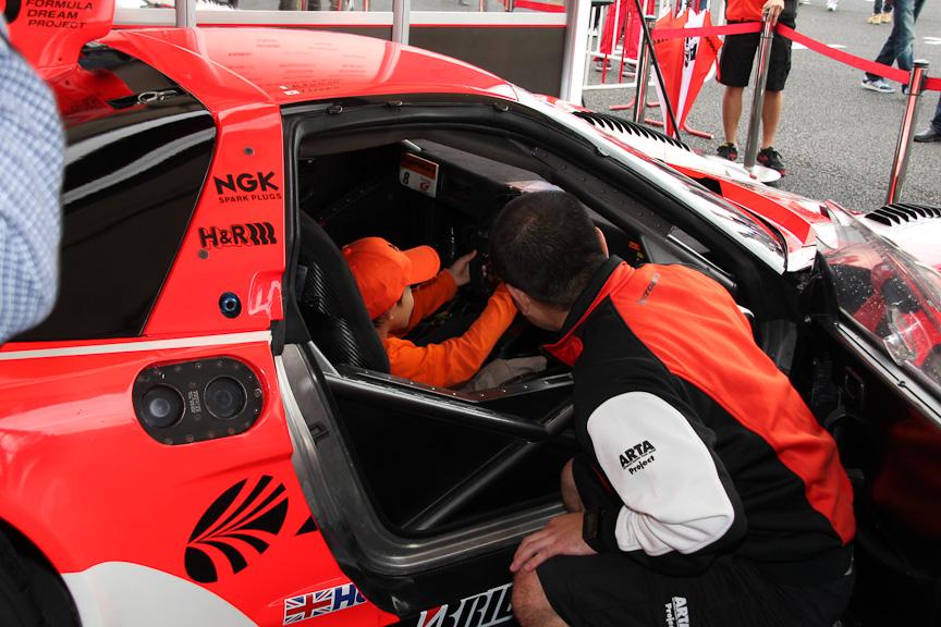 ホンダブースにはフォーミュラ・ニッポンの今シーズンのチャンピオンマシンやGTマシンなどを展示。子供向けに実際にマシンに搭乗できる催しを実施していた