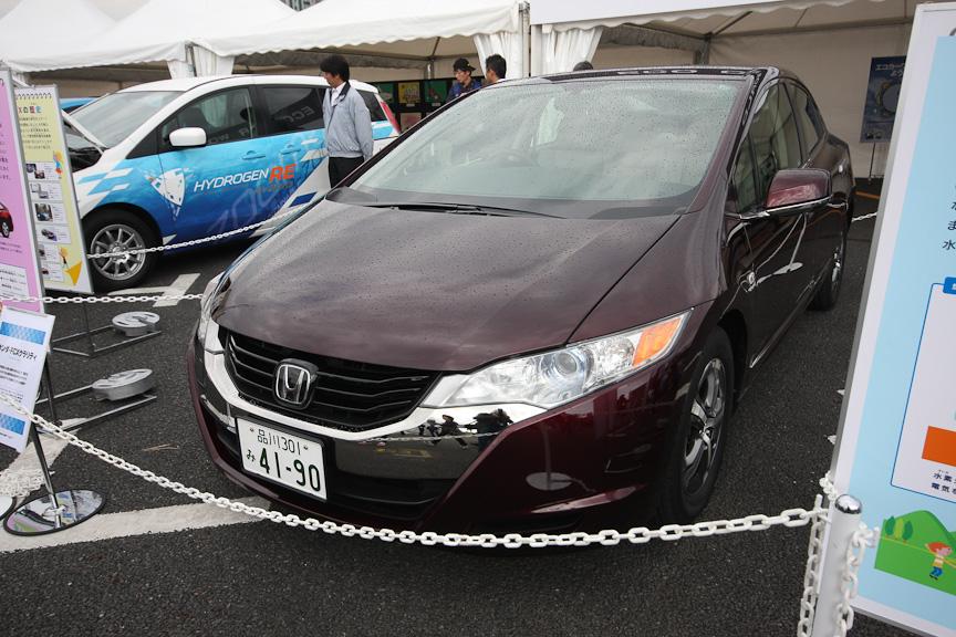 エコカーワールドと題して燃料電池車やハイブリッドカー、電気自動車の展示が行われた