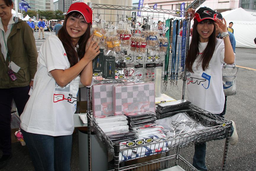 富士スピードウェイのブースではクレインズがTシャツ&ジーンズ姿で物販