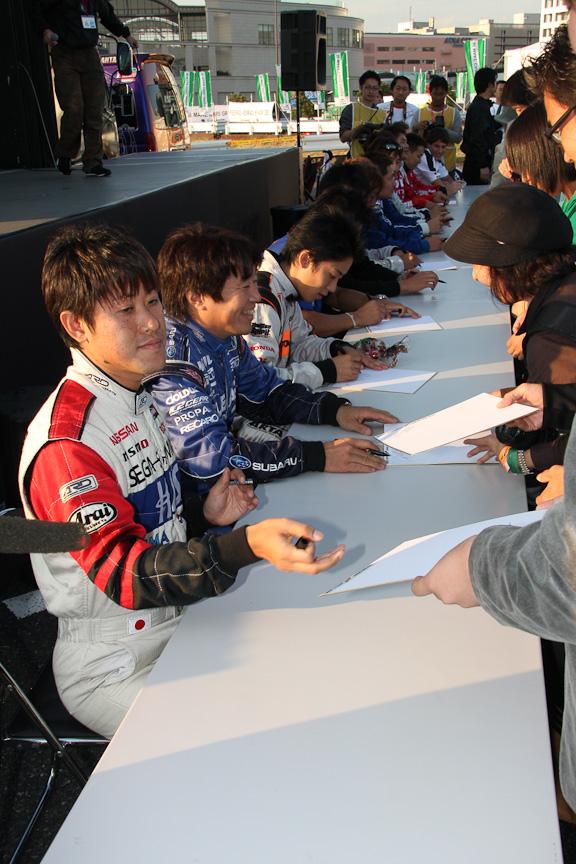 最後はドライバーサイン会も開催。ジャンルを超えた13名のドライバーによる直筆サイン。1枚の色紙にこれだけ多くのサインが記されるのもこのイベントならではだ
