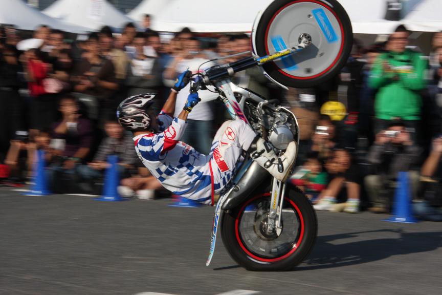 今回のモータースポーツジャパンでは4輪だけでなく2輪の催しも開催された。小林直樹選手によるトライアルパフォーマンスでは、観客の目と鼻の先でパフォーマンスが行われ、黒山の人だかりを作っていた
