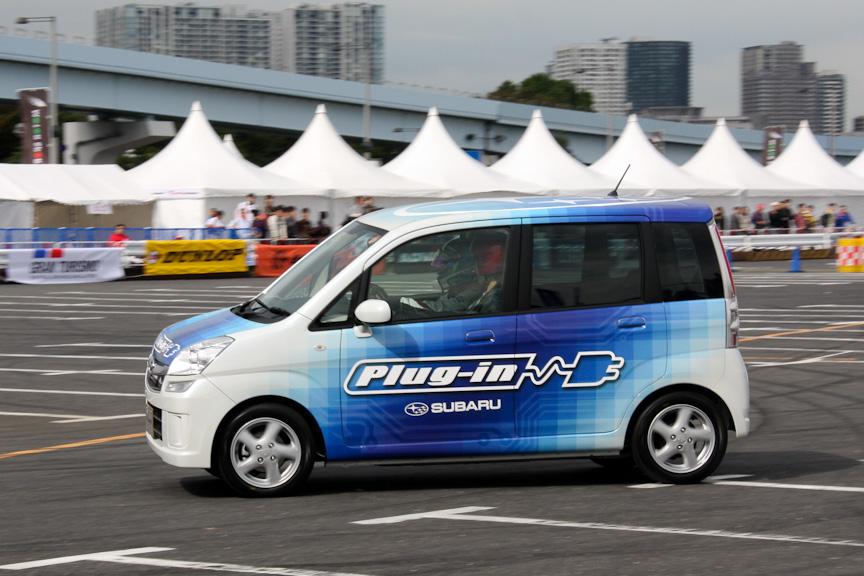 同乗走行はワンメイクレースに出場しているマシンによるもので、ARTAブースに展示されていたシビックのほか、ロードスター(NR-A)やマーチも登場した。そのほか三菱「i-MiEV」や「スバル プラグインステラ」といったエコカー、2人乗りのカートへの同乗体験会も実施