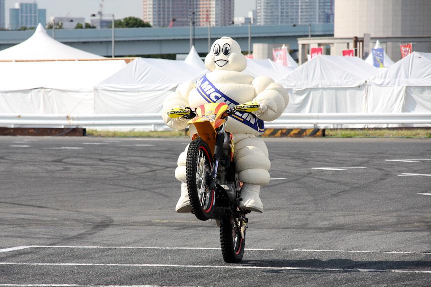 2輪のトライアルデモンストレーションは、当初小林直樹選手により行われる予定だったが、急遽ミシュランマンがバイクに乗ることに。司会者からは「本当に乗れるの?」と、不安な声が上がっていたが、写真のように素晴らしいパフォーマンスを行った。ミシュランマンの中の方が誰かは不明