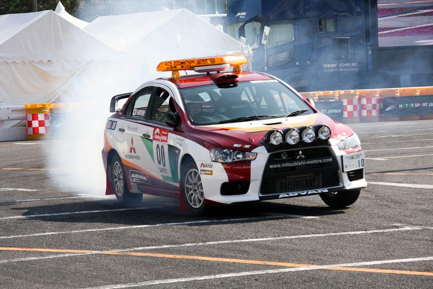 ランサー エボリューションXの00カー。00カーとは競技車両が走る前にコースを走るオフィシャルカーのことを指す