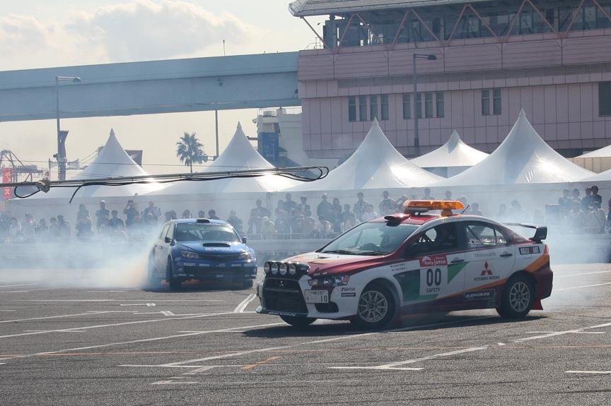 田口選手が運転する00カーを突如追ってきたインプレッサWRX PWRC。ドライバーは新井選手