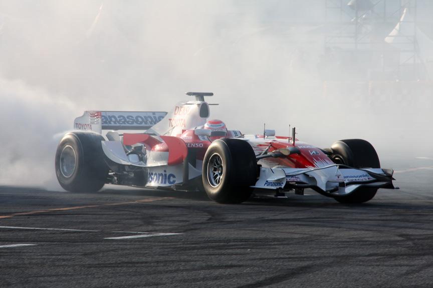 トヨタF1カーによるデモ走行。ドライバーは可夢偉選手